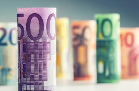 EUR/USD tops 200-hour SMA on continued dollar weakness
